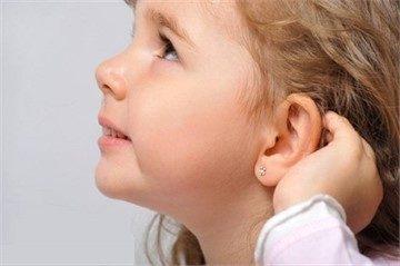 Гноится прокол в ухе у взрослого, ребенка: как лечить, что делать в домашних условиях