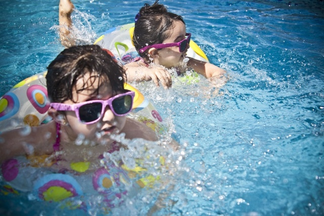 Ребенок наглотался воды в ванной, речке, в бассейне, что делать, опасно ли это