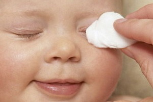 У грудничка гноится глазик: что делать, если у ребенка закисает глаз