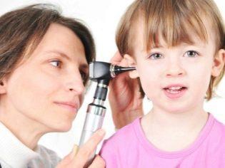 Болит ухо у ребенка внутри: что делать в домашних условиях, обезболивающее, первая помощь