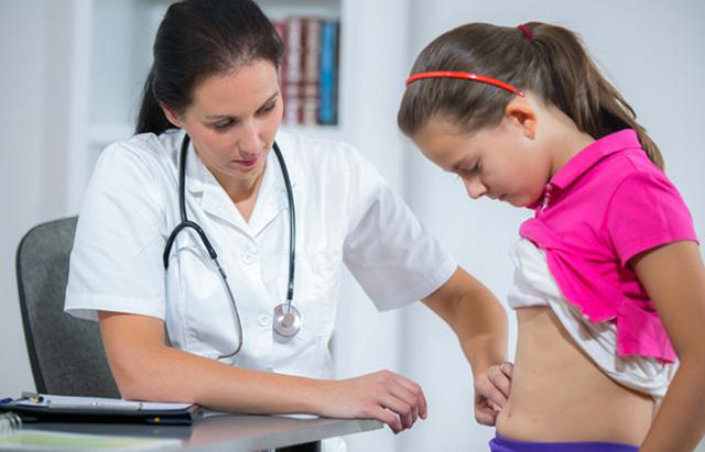 Болит живот у ребенка в районе пупка, причины, что делать, лечение