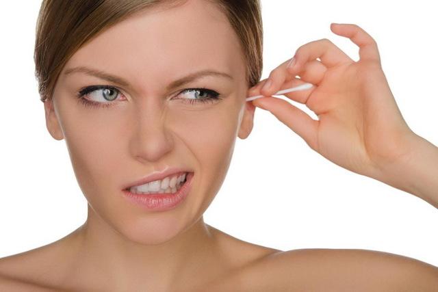 Почему болит ухо после чистки ватной палочкой?