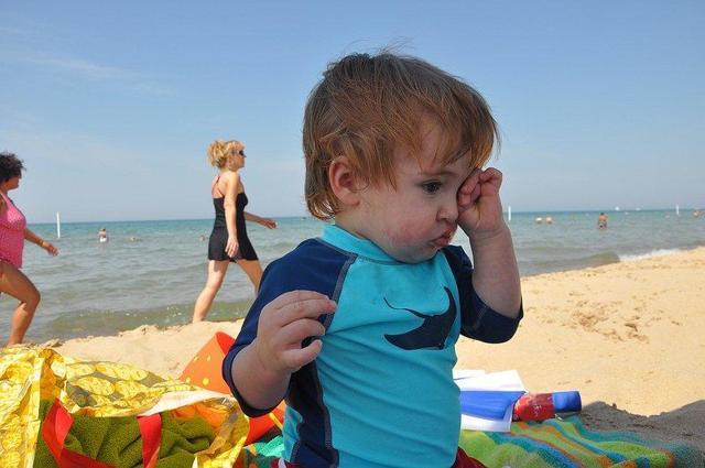 Попал песок в глаз взрослому, ребенку: что делать, чем промыть, какие капли капать