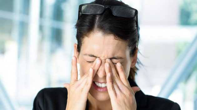 Болит голова в области лба и давит на глаза: причины головной боли и первая помощь